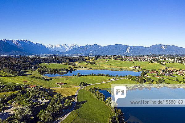 Idyllischer Blick auf Seen in den bayerischen Alpen  Deutschland bei strahlend blauem Himmel