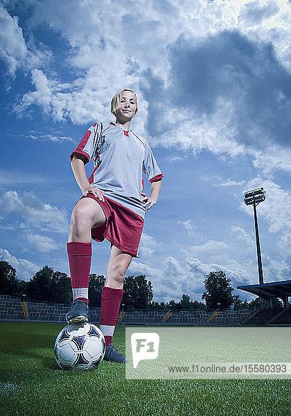 Deutschland  Augsburg  Fußballspieler auf Fußballplatz stehend  Porträt
