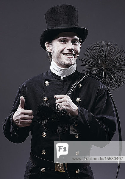 Deutschland  Schornsteinfeger mit Daumen nach oben  Porträt  Lächeln