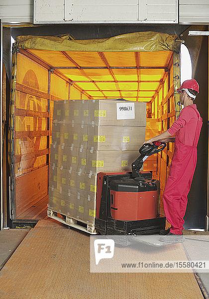 Italien  Chiajna  Arbeiter beim Verladen von Waren in der Fabrik