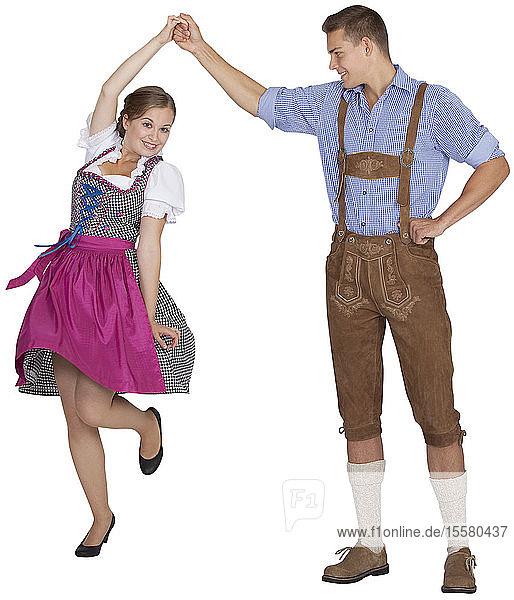 Junges Paar tanzt  lächelt