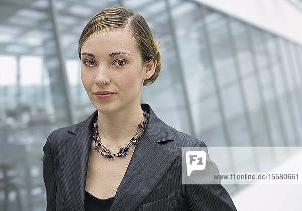 Rumänien  Junge Frau im Amt  Porträt