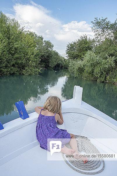 Rückansicht eines Mädchens auf einer Bootsfahrt