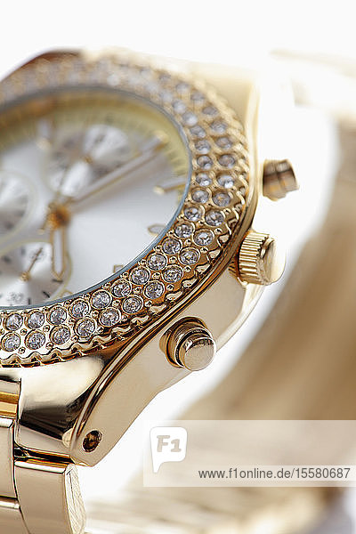 Goldene Armbanduhr mit Juwelen,  Nahaufnahme