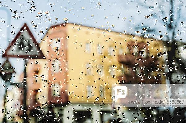 Deutschland  Blick durch die Windschutzscheibe mit Regentropfen
