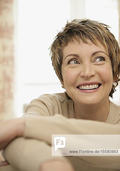 Reife Frau schaut weg  lächelt