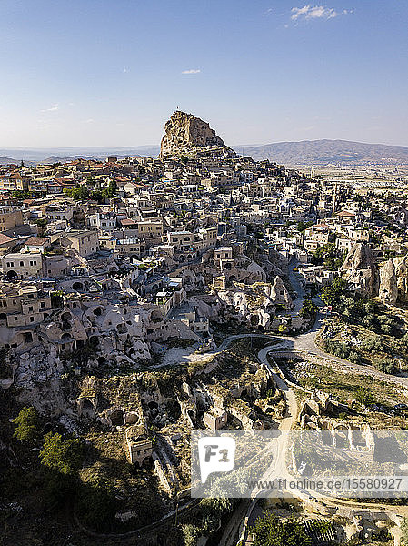 Luftaufnahme des Schlosses von Uchisar und seiner Gebäude gegen den blauen Himmel in Kappadokien  Türkei