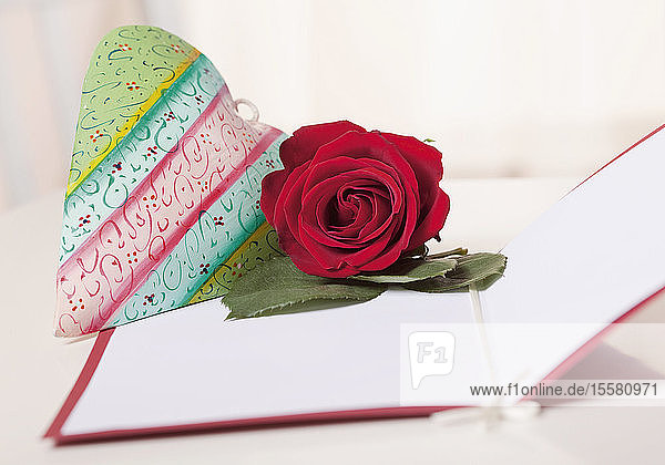 Herz und Rose auf Karte zum Muttertag