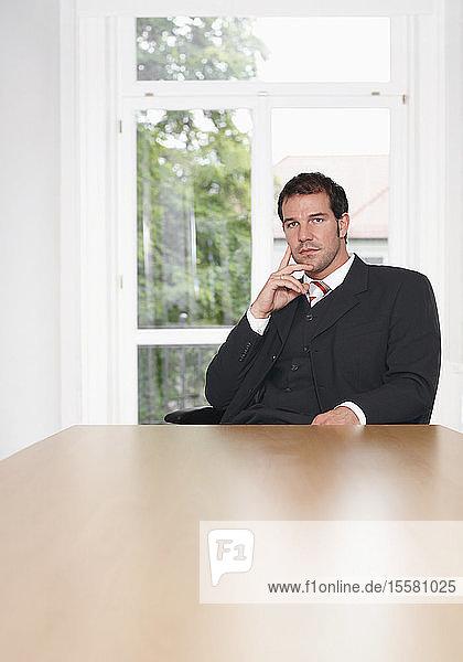 Geschäftsmann wartet  Porträt
