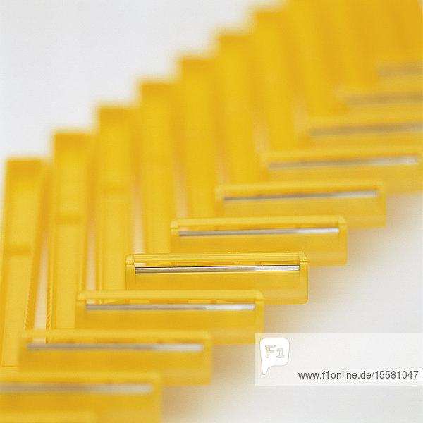 Gelbe Rasierapparate auf weißem Hintergrund