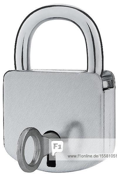Vorhängeschloss mit Schlüssel auf weißem Hintergrund,  Nahaufnahme