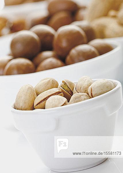 Pistazien und andere Nüsse in Schalen