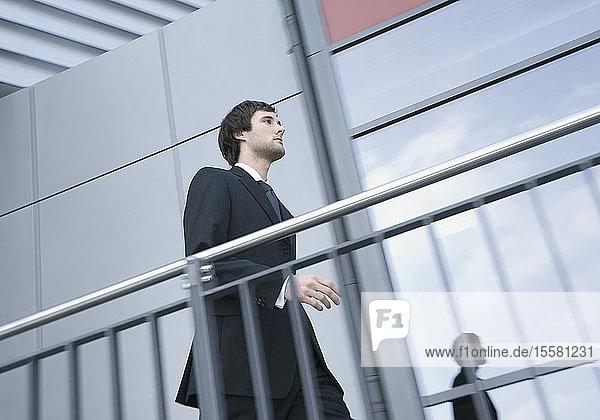 Deutschland  Junger Geschäftsmann zu Fuß