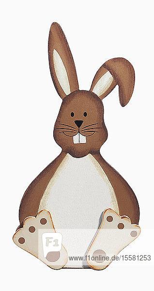 Hölzerne Kaninchenfigur auf weißem Hintergrund,  Nahaufnahme