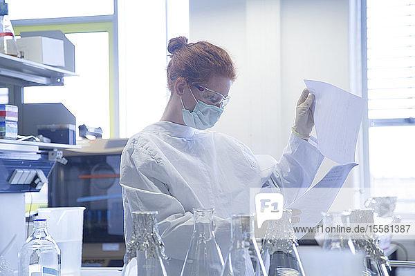 Junge Naturwissenschaftlerin arbeitet im Biochemie-Labor