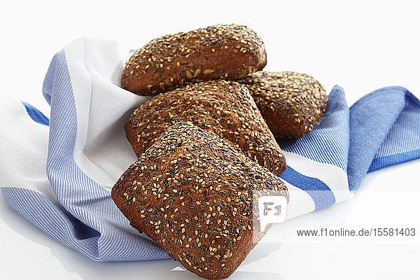 Kornbrötchen mit Samen auf Küchentuch  Nahaufnahme