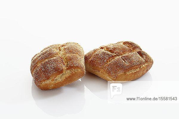 Brötchen aus Gerste und Weizen auf weißem Hintergrund  Nahaufnahme