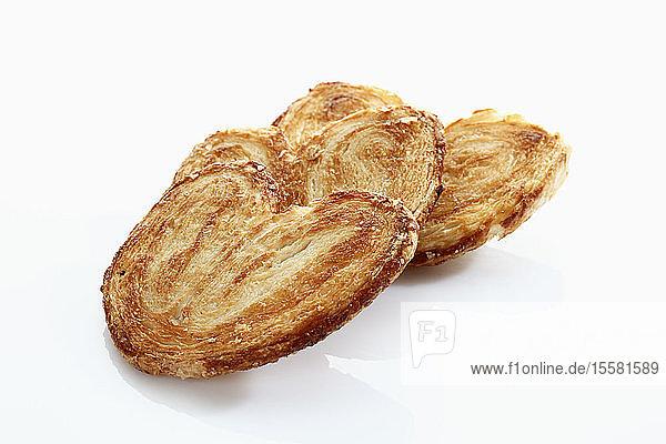 Herzförmiges Blätterteiggebäck auf weißem Hintergrund