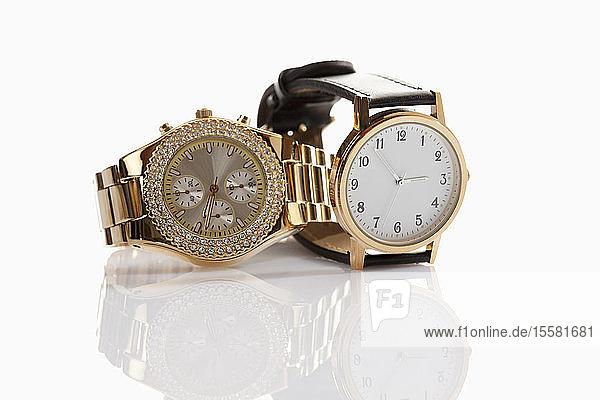 Armbanduhren auf weißem Hintergrund,  Nahaufnahme