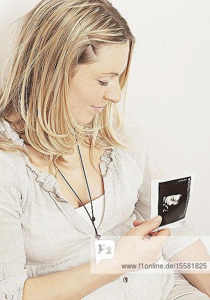 Schwangere Frau mit Ultraschallbild  Nahaufnahme