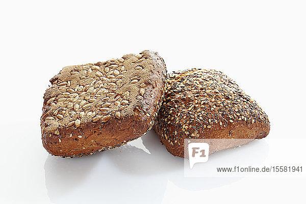Kornbrötchen mit Samen auf weißem Hintergrund  Nahaufnahme