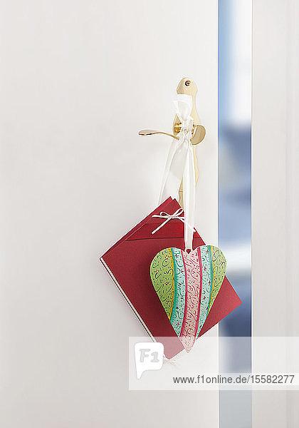 Herz und Karte zum Muttertag an der Türklinke hängend