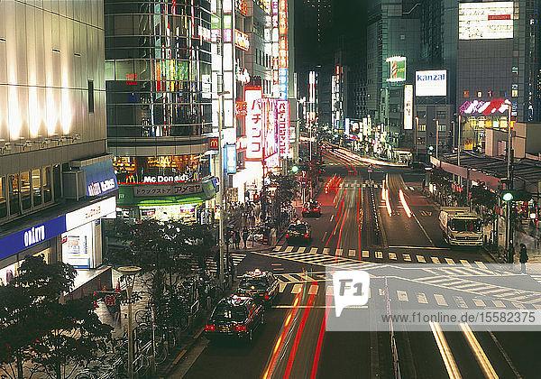 Japan  Tokio  Shinjuku  Ansicht der Einkaufsstraße bei Nacht