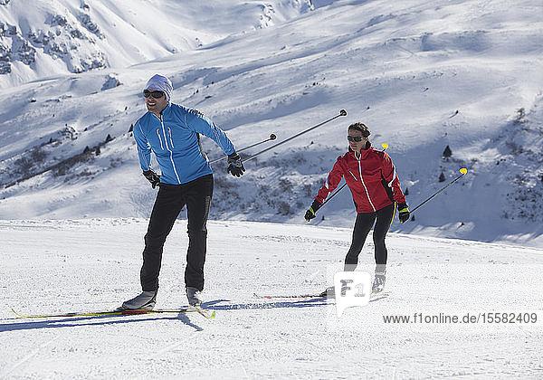 Deutschland  Mann und Frau beim Skifahren im Schnee