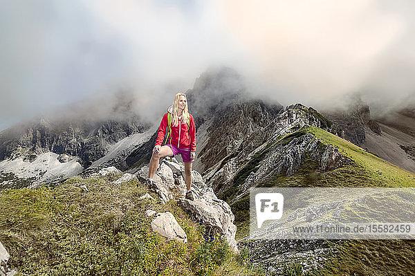 Österreich  Bundesland Salzburg  Filzmoos  Wanderin schaut auf Ansicht