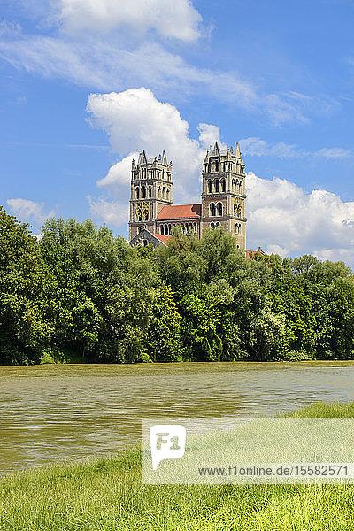 Deutschland  Bayern  München  Isar und St. Maximilian