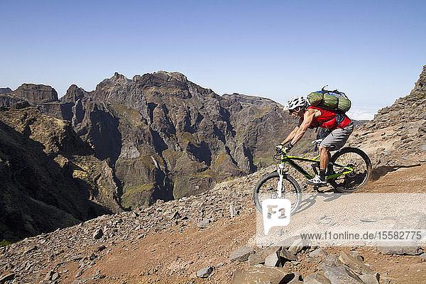 Portugal  Madeira  Erwachsener Mann fährt Mountainbike