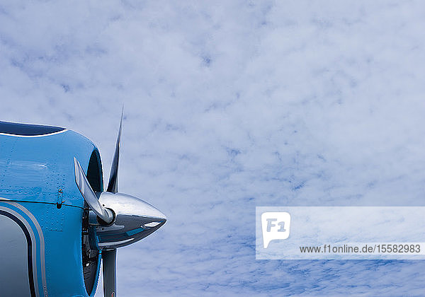Deutschland  Flugzeugpropeller gegen bewölkten Himmel