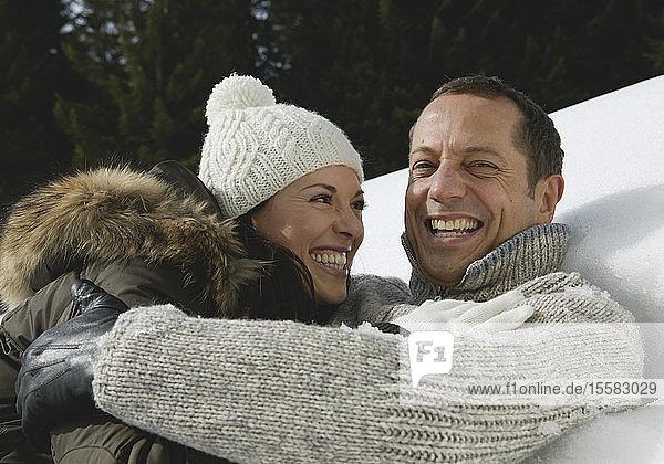 Deutschland  Bayern  Paare haben Spaß im Schnee  lachen