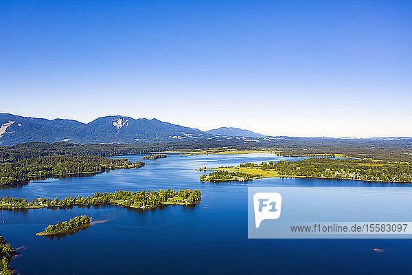 Drohnenpunkt des schönen Staffelsees und der Insel Buchau  Bayerische Alpen  Deutschland