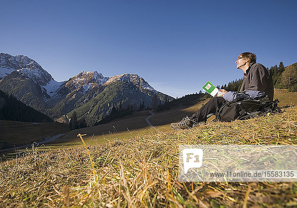 Österreich  Mann wandert in den Bergen