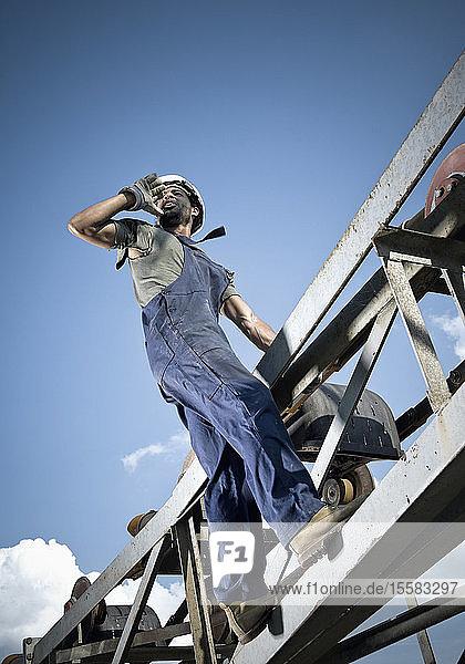 Deutschland  Augsburg  Arbeiter ruft aus dem Stahlbau