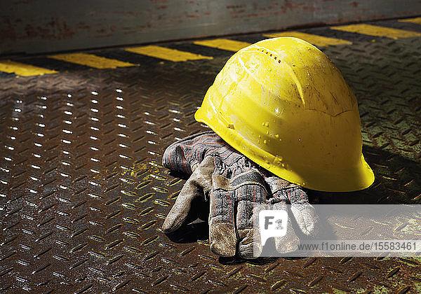 Deutschland  Arbeitshandschuh und Schutzhelm am Trittbrett