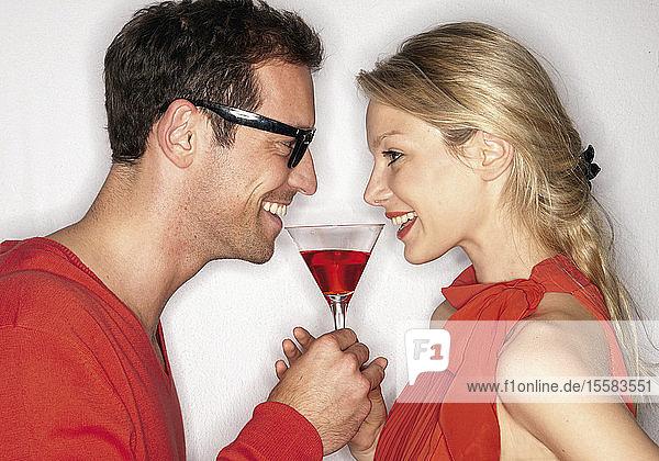 Cocktail für Paare vor weißem Hintergrund  Nahaufnahme