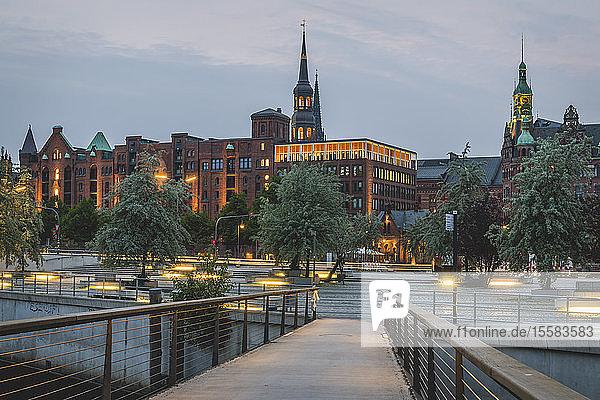 Fußgängerbrücke zur Speicherstadt bei Sonnenuntergang in Hamburg  Deutschland