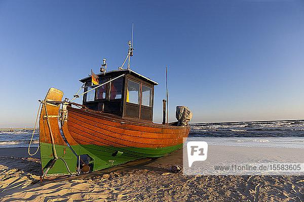 Deutschland  Insel Usedom  Ahlbeck  Fischerboot am Strand