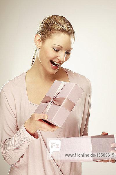 Junge Frau mit Geschenkbox  Nahaufnahme