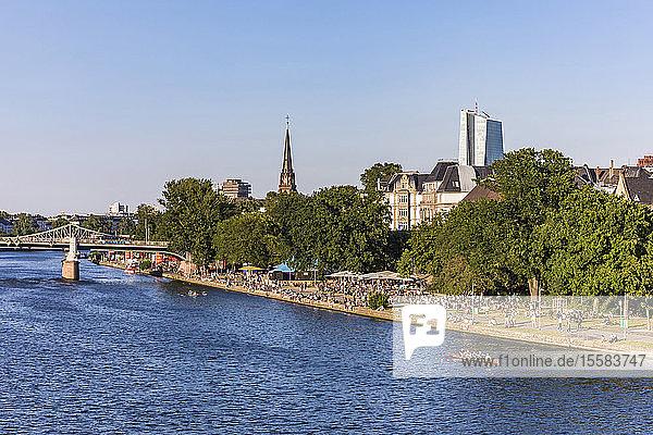 Szenische Ansicht eines Flusses bei klarem Himmel in Frankfurt  Deutschland