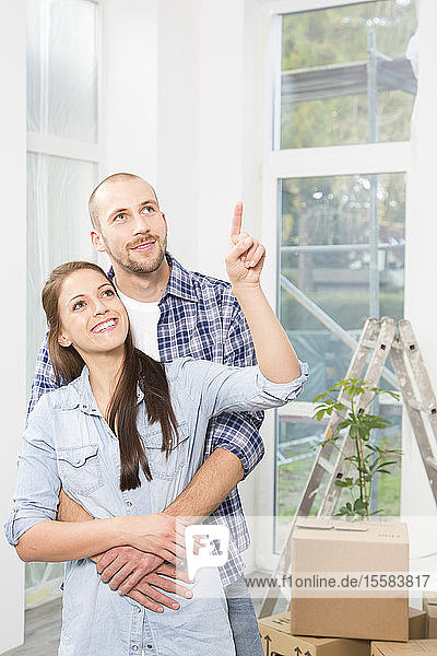 Junges Paar zieht in ein neues Zuhause