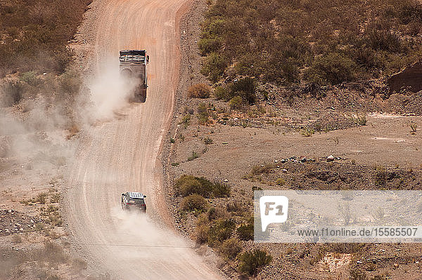 Landschaft mit Lastwagen auf staubiger Landstraße  Arequipa  Peru