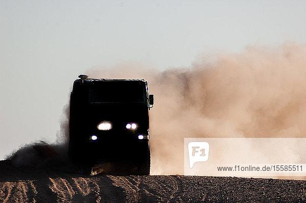 Lastwagen auf staubiger Landstraße  Arequipa  Peru