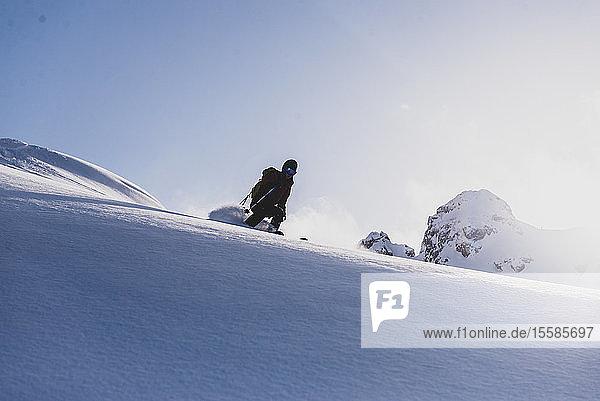 Silhouettenskiläufer beim Abfahrtslauf  Blick aus niedrigem Winkel  Squamish  Britisch-Kolumbien  Kanada
