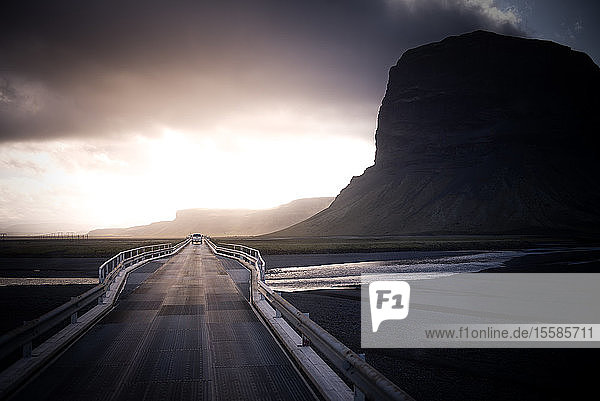 Landschaft mit Landstraße und Gewitterwolken  Skaftafell  Island