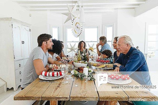 Familiengespräche und Familienzusammenführung auf der Hausparty