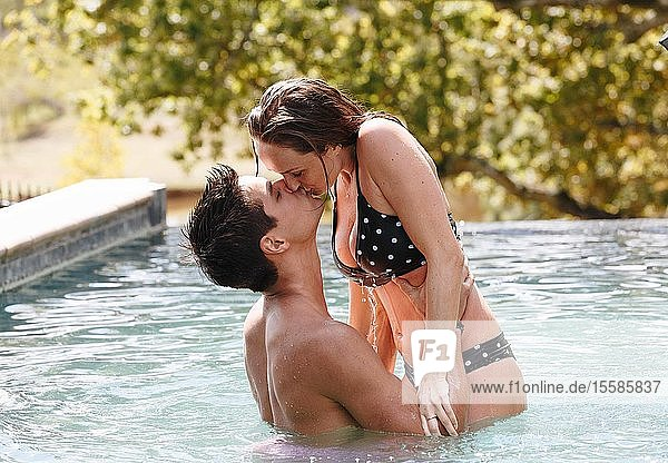 Küssende Paare im Schwimmbad