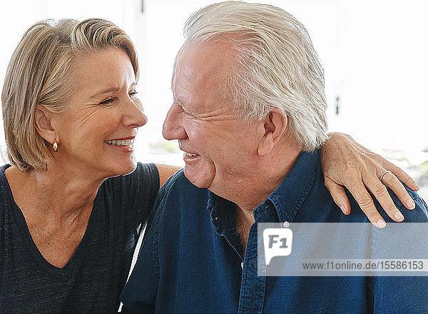 Liebende ältere Paare unterhalten sich zu Hause